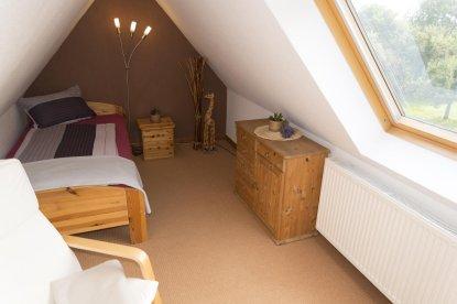 Schlafzimmer mit Einzelbett im Dachgeschoss
